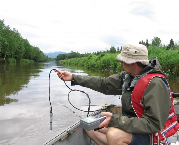 Un bénévole effectue les premiers échantillonnages © 2013, Manon Farmer, Association pour la protection du lac Mégantic (APLM)