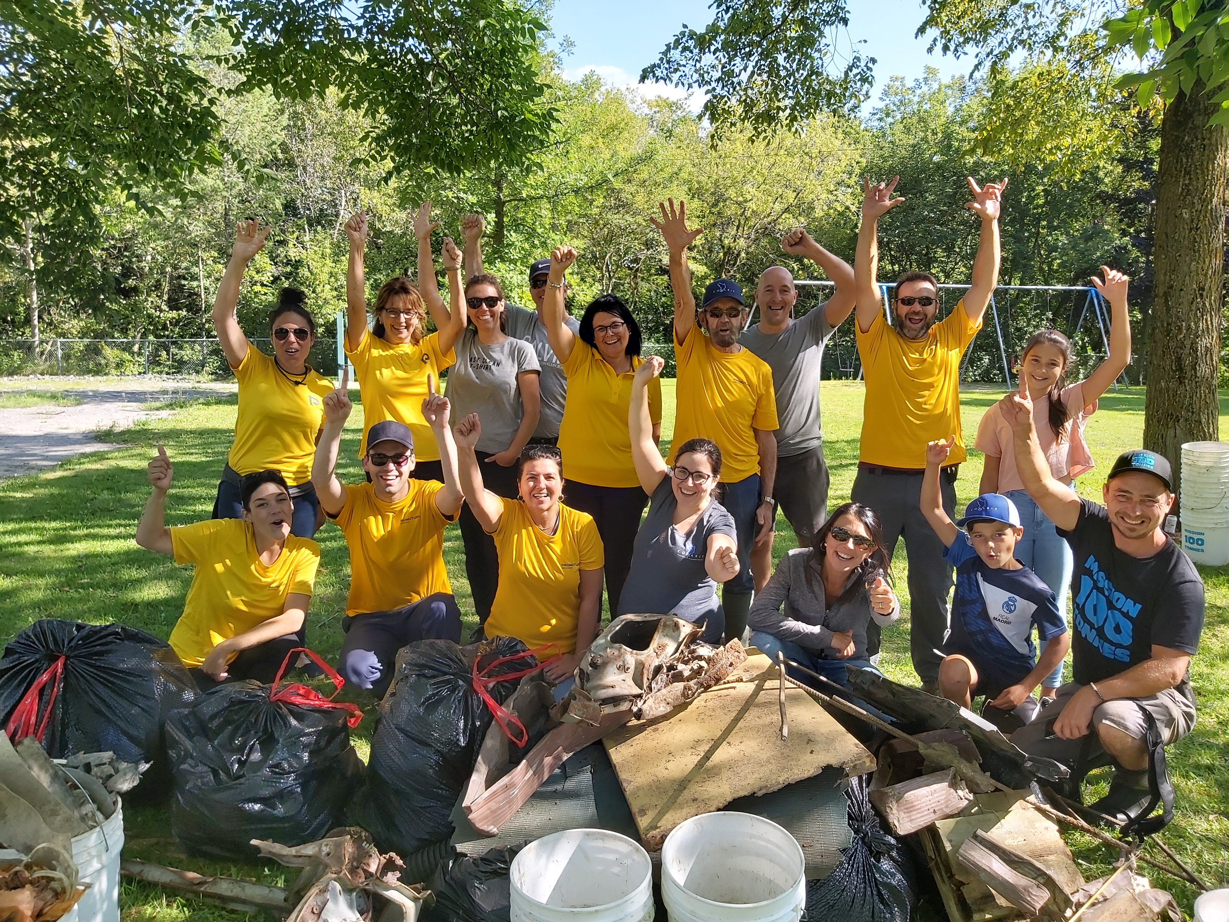 Les bénévoles posent fièrement devant les 391 livres de déchets ramassés en moins de 3 heures au ruisseau Dupuis à Sainte-Marie.