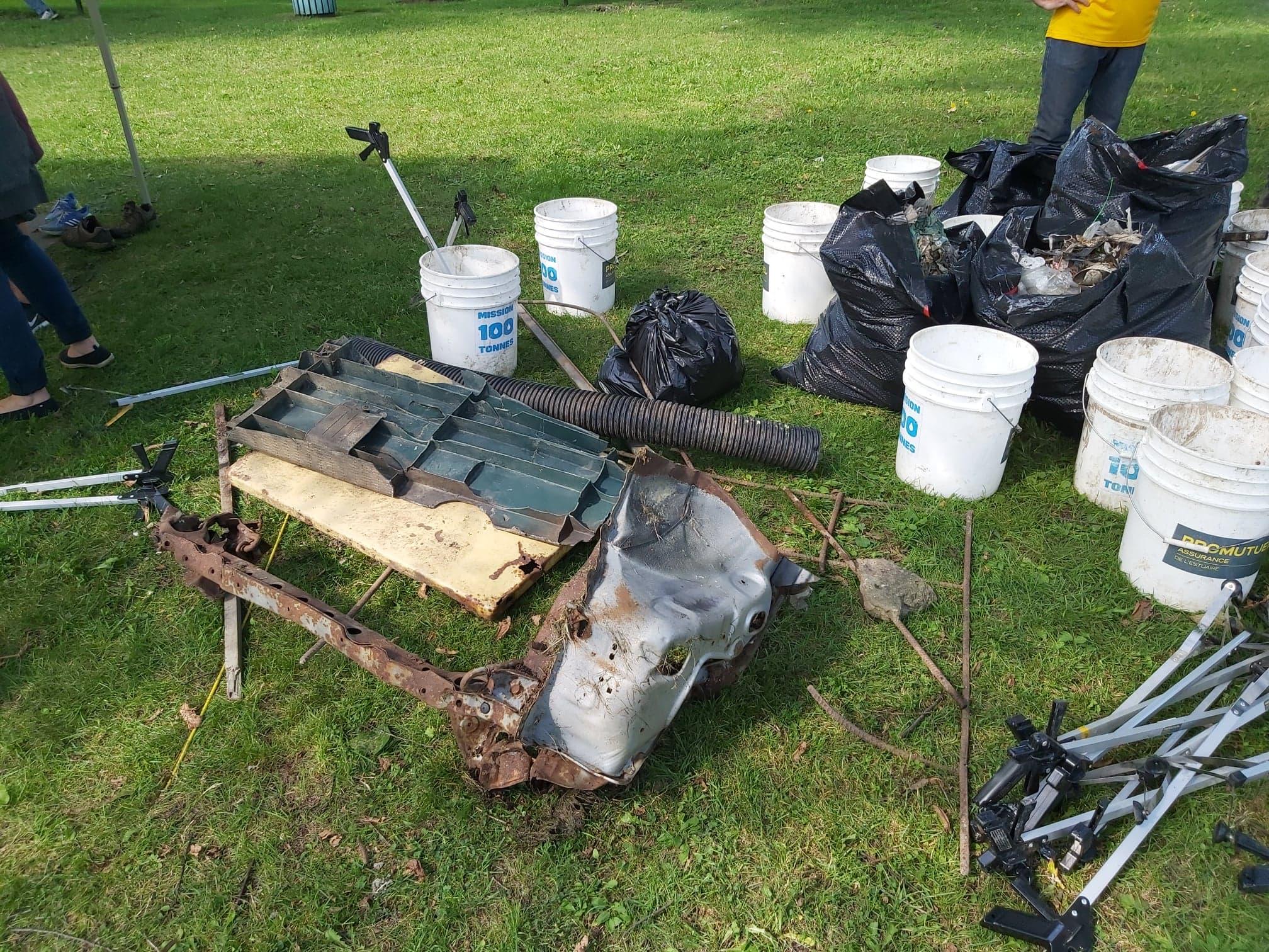 Certains déchets ramassés lors de la corvée étaient plus volumineux, comme un châssis d'auto.