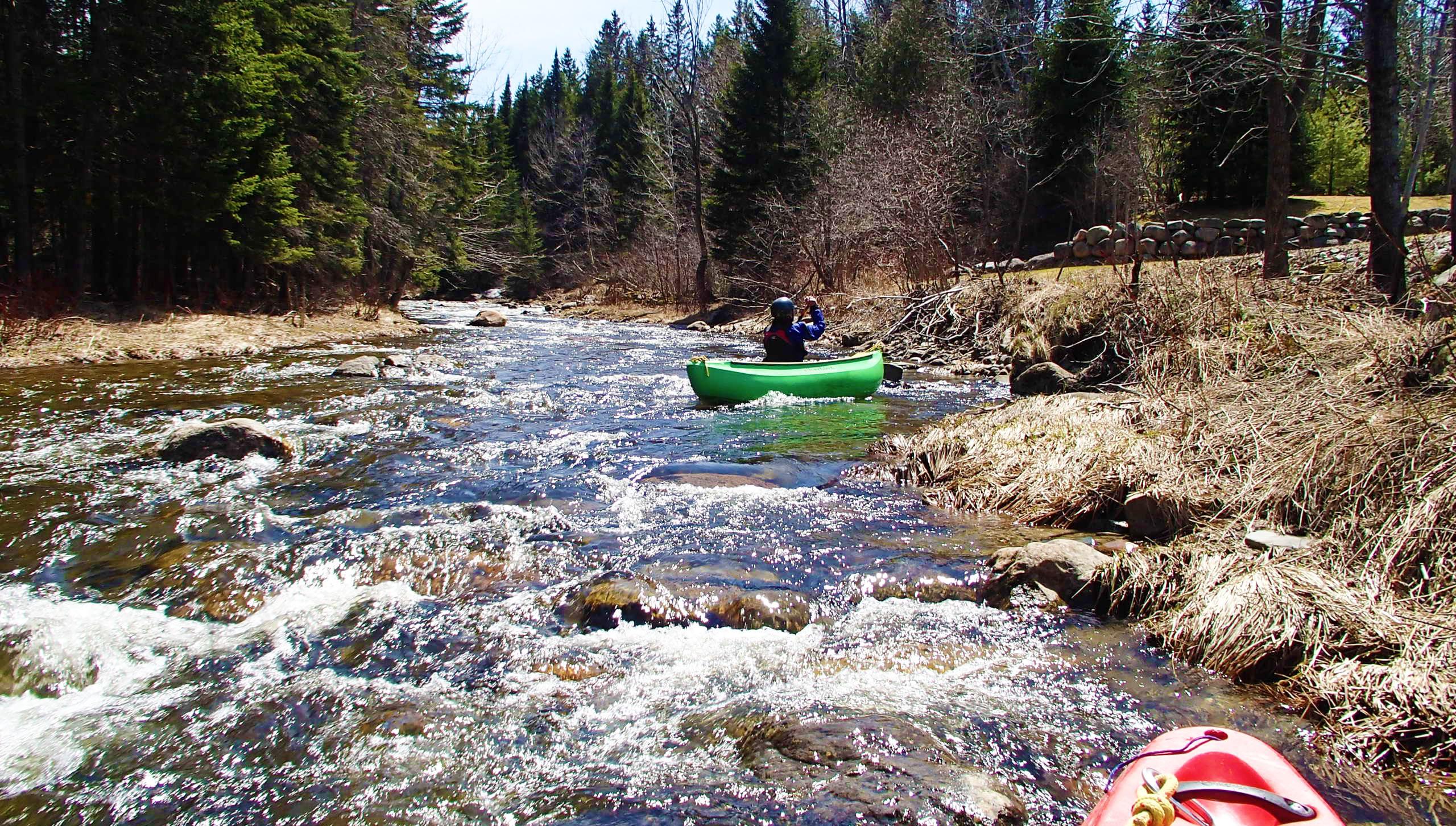 Parcours canotable de la rivière Arnold, section Haute Arnold, avec des rapides.